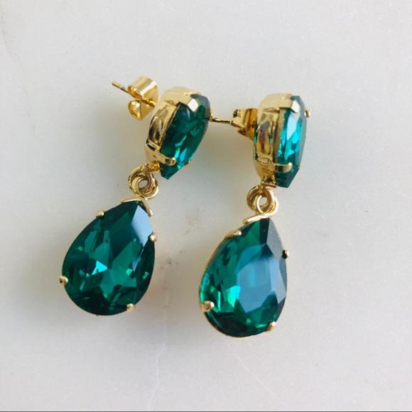 Beautiful new emerald green costume drop earrings